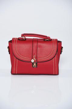 Piros műbőr táska fémes kiegészítő