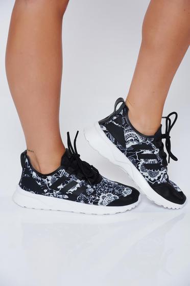 Fekete Adidas originals hétköznapi habtalpú sport cipő fűzővel köthető meg