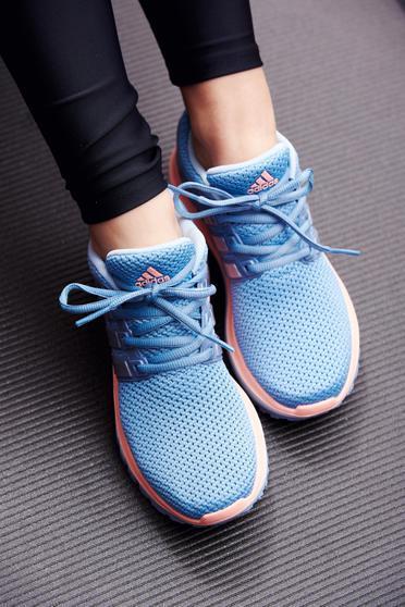 Kék Adidas hétköznapi sport cipő fűzővel köthető meg a talp nagyon könnyű