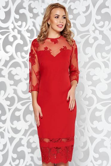 Piros alkalmi ruha fátyol újjakkal hímzett betétekkel