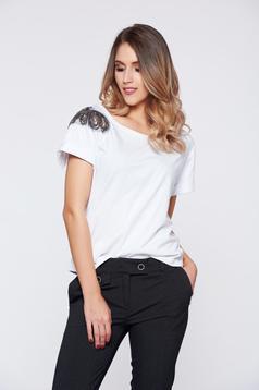 Fehér StarShinerS hétköznapi pamutból készült póló gyöngyös díszítéssel