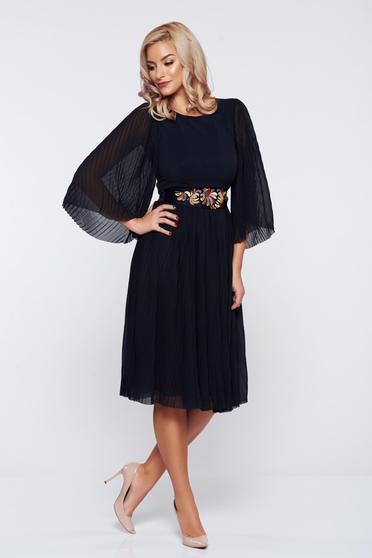 Fekete StarShinerS ruha övvel ellátva hímzett betétekkel