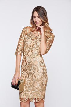 Arany alkalmi ruha tűlből hímzett betétekkel