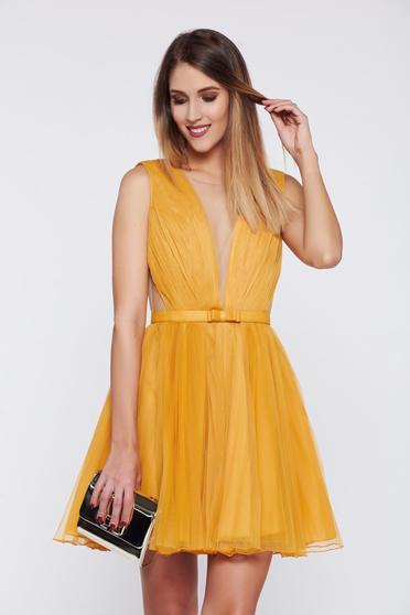 Mustársárga Ana Radu harang alakú alkalmi ruha övvel ellátva