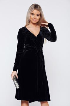 Fekete LaDonna alkalmi átfedéses bársony ruha virágos díszek