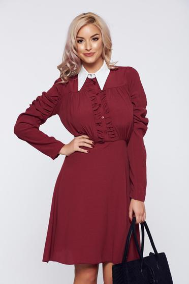 Burgundy PrettyGirl elegáns hétköznapi ruha hegyes gallérral gyűrött anyagból