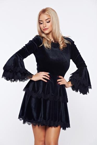Fekete Ana Radu alkalmi derekán fodros ruha bársony anyagból