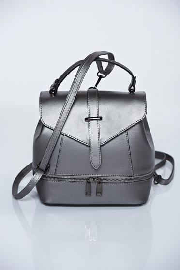 Szürke táska cipzárral van ellátva