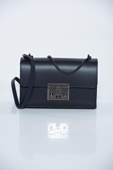 Kék hétköznapi táska fém lánccal van ellátva