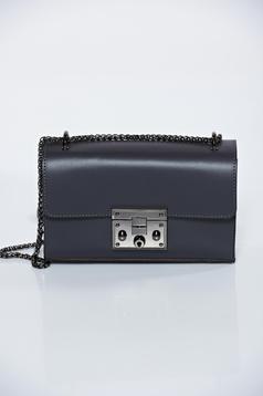 Fekete hétköznapi bőr táska fém lánccal van ellátva