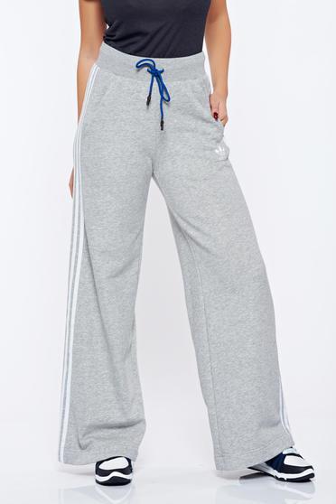 Szürke Adidas pamutból készült bő szabású sportos nadrág