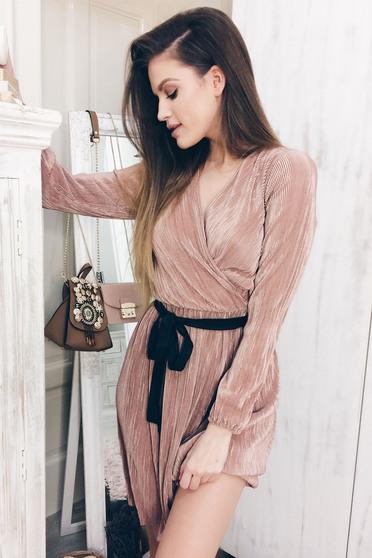 Rózsaszínű StarShinerS elegáns rakott ruha övvel ellátva