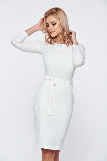 Fehér elegáns PrettyGirl ceruza ruha övvel ellátva