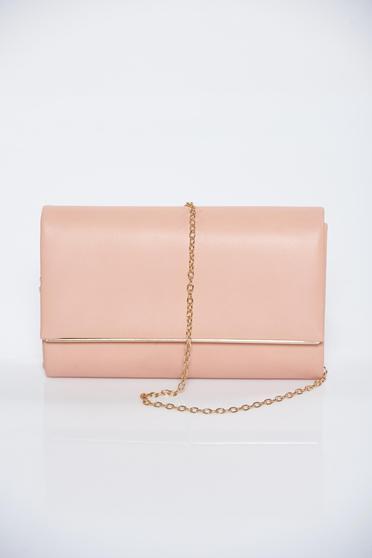 Pink táska fém lánccal van ellátva