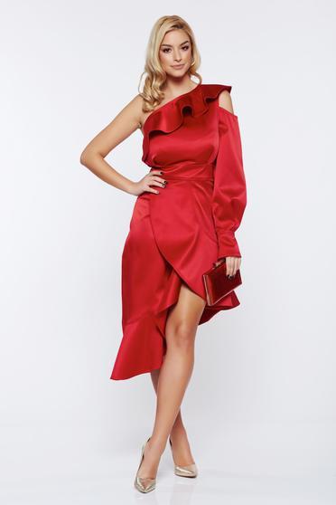 Piros Ana Radu egy vállas alkalmi szatén ruha asszimmetrikus szabással