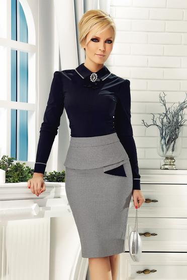 Fekete Fofy irodai pamutból készült szűk szabású női ing bross kiegészítővel