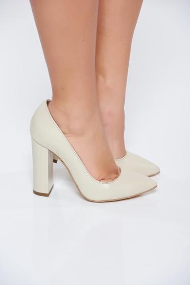 Bézs elegáns cipő vastag sarokkal enyhén hegyes orral