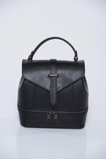 Fekete hátizsák cipzárral ellátva
