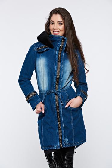 Kék dzseki hétköznapi farmerarnyagból bundabélessel ellátva szegecsek