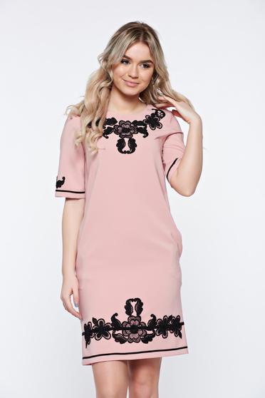 Rózsaszínű LaDonna elegáns zsebes ruha hímzett betétekkel