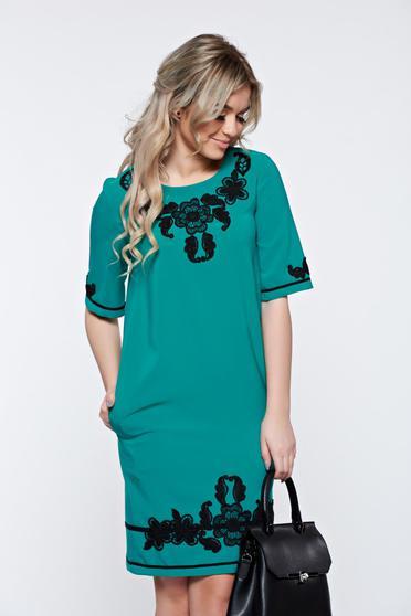 Türkiz LaDonna elegáns zsebes ruha hímzett betétekkel