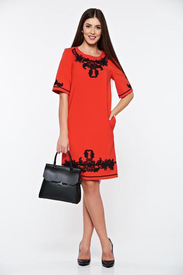 Piros LaDonna elegáns zsebes ruha hímzett betétekkel