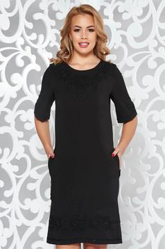 Fekete LaDonna elegáns zsebes ruha hímzett betétekkel