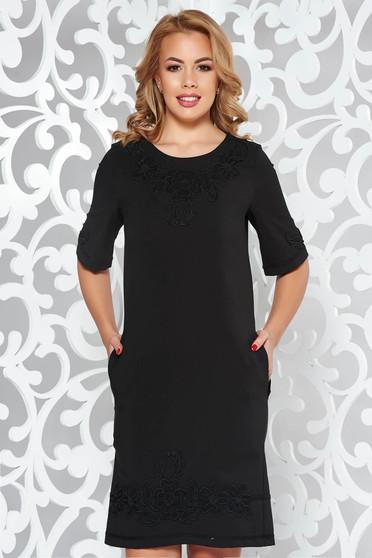 68870f3562 Fekete LaDonna elegáns zsebes egyenes ruha hímzett betétekkel enyhén rugalmas  anyag