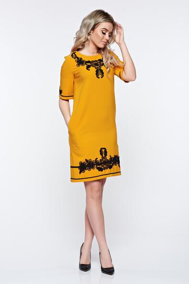 Mustarsárga LaDonna elegáns zsebes ruha hímzett betétekkel