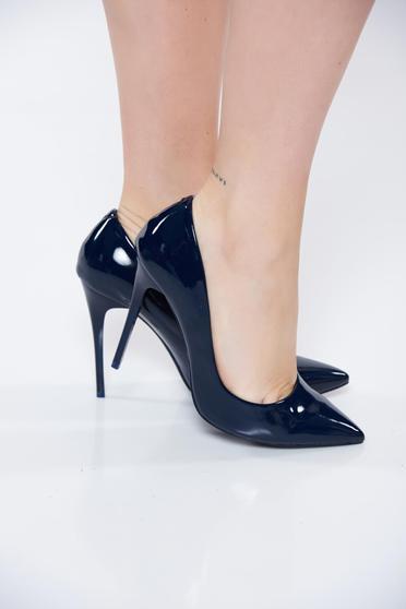 Sötétkék stiletto elegáns cipő lakkozott öko bőr