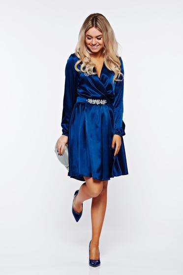 Kék StarShinerS alkalmi ruha strassz köves díszítéssel átfedéses szatén anyagból