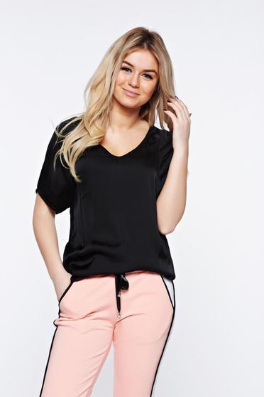 Fekete casual póló bő szabású asszimmetrikus szabással szatén anyagból