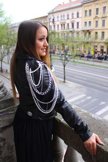 Fekete Ocassion casual dzseki műbőr belső béléssel fém lánccal van ellátva gyöngy díszítéssel