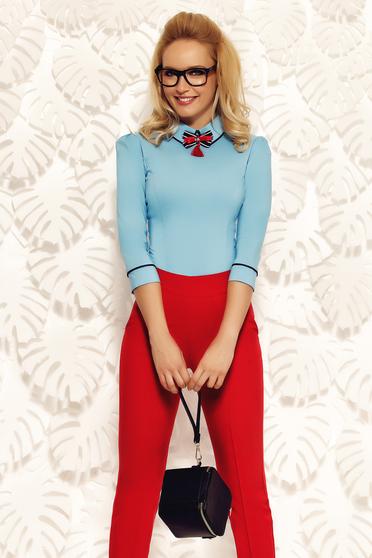 Kék Fofy irodai pamutból készült szűk szabású női ing bross kiegészítővel