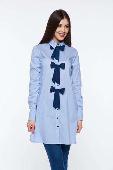 Világoskék PrettyGirl irodai hosszú pamutból készült bő szabáú női ing masnikkal van ellátva