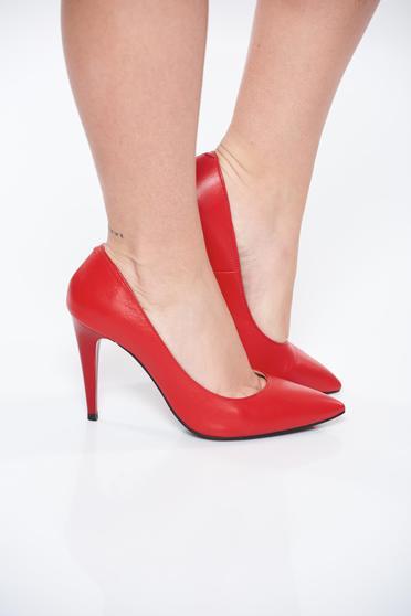 Piros magassarkú bőr cipő enyhén hegyes orral