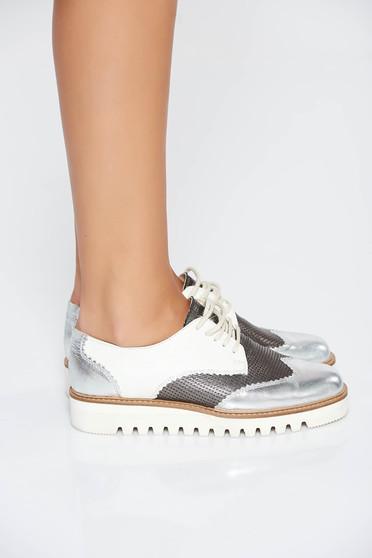 Ezüst casual bőr cipő fűzővel köthető meg