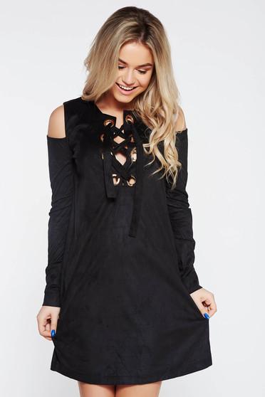 Fekete PrettyGirl hétköznapi bő szabású ruha kivágott vállrésszel zsinórral van ellátva