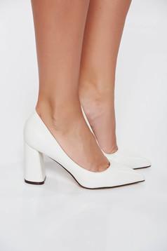 Fehér elegáns cipő vastag sarokkal műbőr