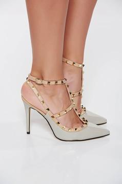 Szürke stiletto magassarkú fémes szegecsekkel cipő lakkozott öko bőr
