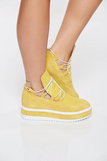 Casual sport cipő sárga lapos talpú zsinórral van ellátva