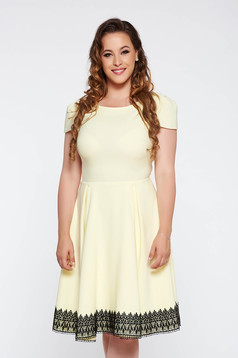 Sárga elegáns harang ruha enyhén elasztikus szövet belső béléssel csipke díszítéssel