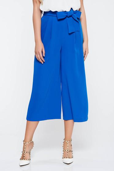 Kék elegáns bővülő nadrág zsebes övvel ellátva nem rugalmas anyag
