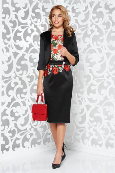 Fekete elegáns női kosztüm szatén anyagból belső béléssel hímzett betétekkel szűk szabás