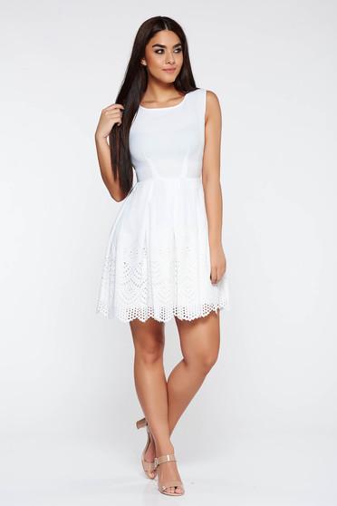 Fehér elegáns ruha deréktól bővülő szabás enyhén rugalmas anyag kivágásokkal az anyagből
