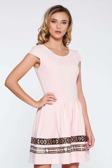 Rózsaszínű elegáns harang ruha vékony, rugalmas szövet hímzett betétekkel