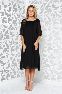 Fekete alkalmi bő szabású ruha lenge anyagból belső béléssel csillogó kiegészítők