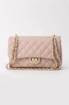 Rózsaszínű táska hosszú lánc típusú pánt valamint rövid