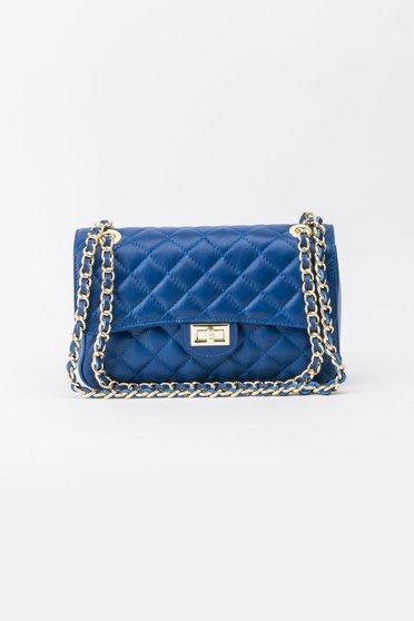 Kék táska hosszú lánc típusú pánt valamint rövid