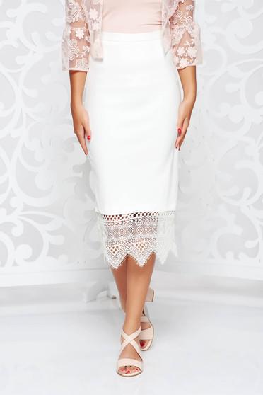 Fehér szoknya szűk szabású magas derekú csipke díszítéssel